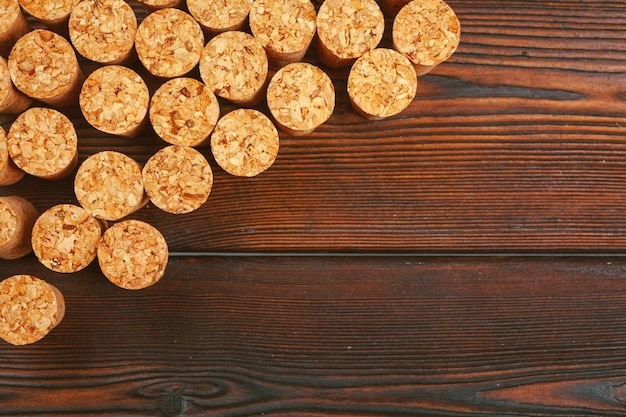 Rolhas de vinho em fundo de madeira