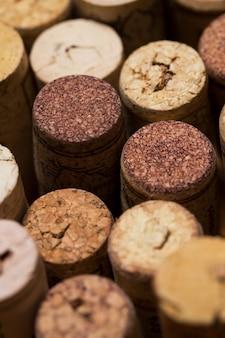 Rolhas de vinho na mesa