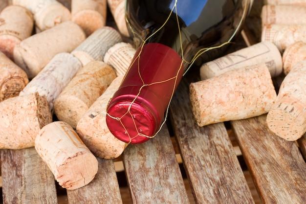 Rolhas e garrafa de vinho