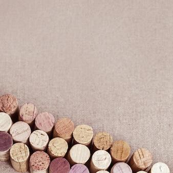 Rolhas naturais de garrafas de vinho na superfície do material de lona. fechar-se. vista do topo. foto tonificada.