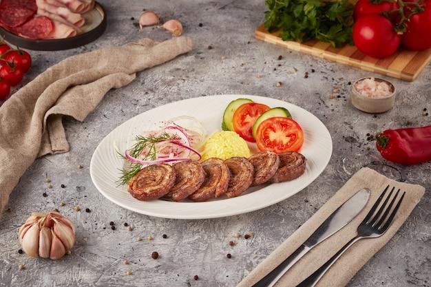 Rolinho de carne grelhado com arroz