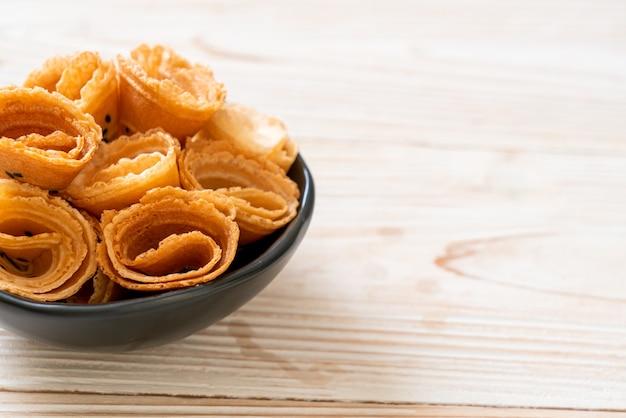 Rolinho de coco crocante (lanche asiático) na mesa
