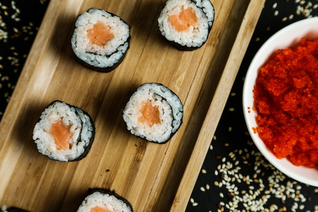 Rolinho de salmão com arroz, gergelim e gengibre