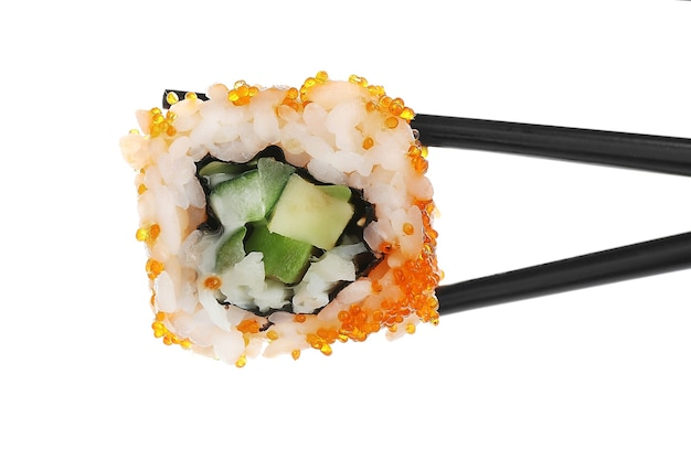 Rolinho de sushi com pauzinhos, isolado no branco