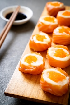 Rolinho de sushi de salmão fresco com maionese e ovo de camarão - comida japonesa
