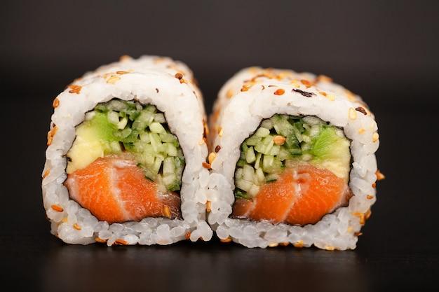 Rolinho de sushi japonês com salmão e pepino