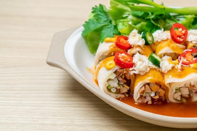 Rolinho primavera fresco com caranguejo e molho e vagetable - estilo de comida saudável