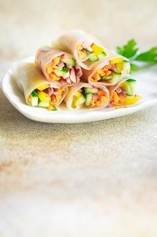 Rolinho primavera nem vietnamita rolos de papel de arroz vegetal prato de papel de arroz na mesa refeição saudável