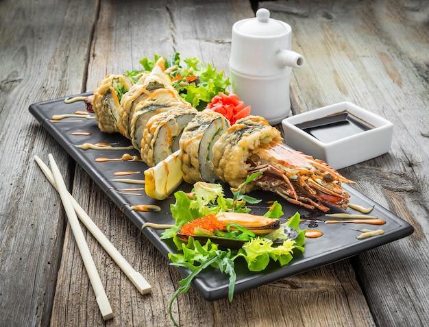 Rolinho quente de tempura com camarão e queijo, camarão em tempura