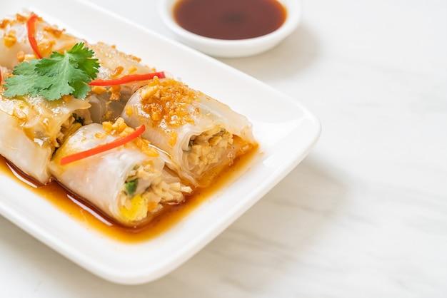 Rolinhos chineses de macarrão com arroz cozido no vapor - comida asiática