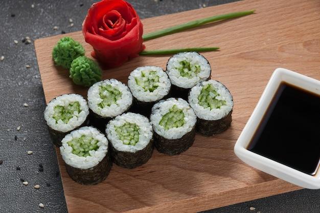 Rolinhos com pepino em alga nori e molho de soja