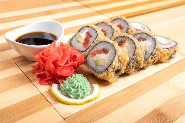 Rolinhos de atum assados. com gengibre e wasabi para qualquer finalidade.