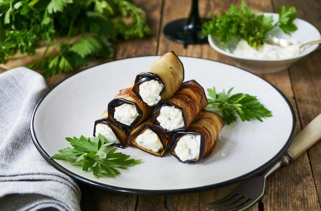 Rolinhos de berinjela com queijo cottage, alho e ervas frescas