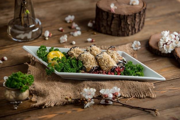 Rolinhos de berinjela em cima da mesa