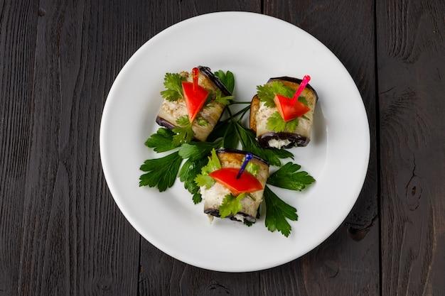 Rolinhos de berinjela grelhados com cream cheese, alho e ervas
