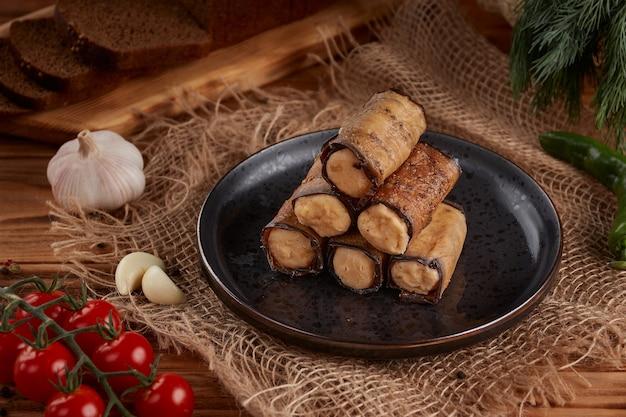 Rolinhos de berinjela recheados com queijo cottage