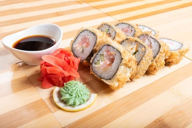 Rolinhos de camarão assado. com gengibre e wasabi para qualquer finalidade.