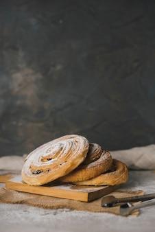 Rolinhos de canela recém-assados polvilhados com açúcar em pó