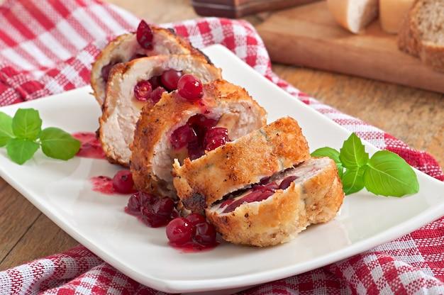 Rolinhos de frango com cranberries, queijo e mel