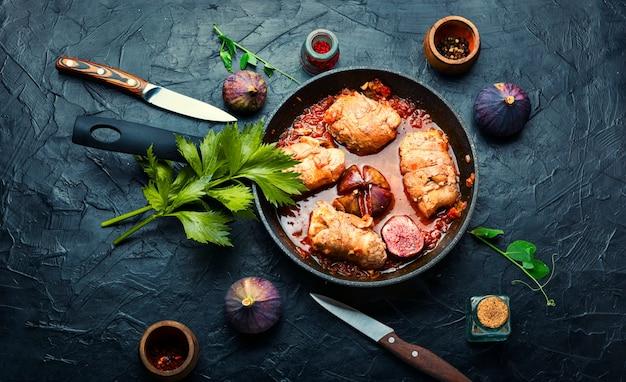 Rolinhos de frango com figos em molho de vinho. fricassé de frango. vista superior