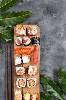 Rolinhos de nigiri e sushi em bandeja de madeira