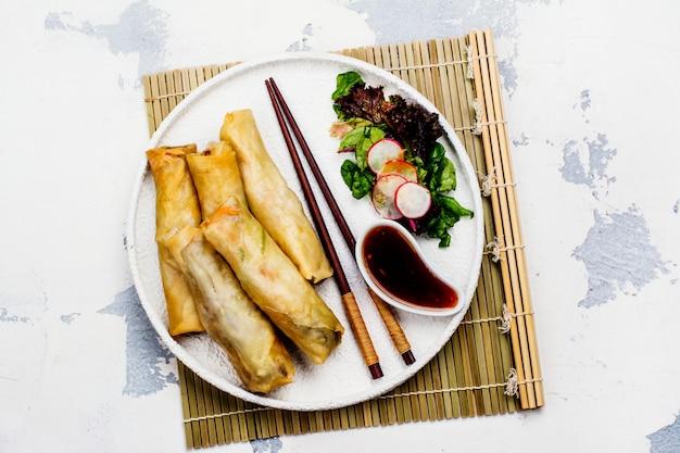 Rolinhos de primavera frito com legumes, carne de pato e macarrão