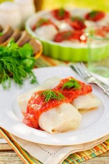 Rolinhos de repolho com molho de tomate e endro