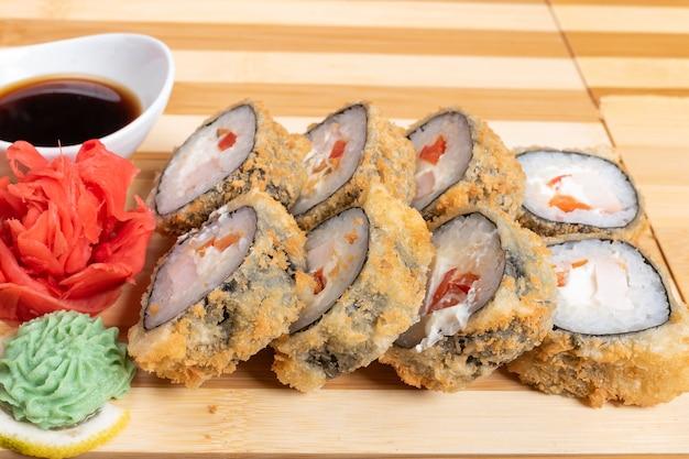 Rolinhos de salmão assados. com gengibre e wasabi para qualquer finalidade.