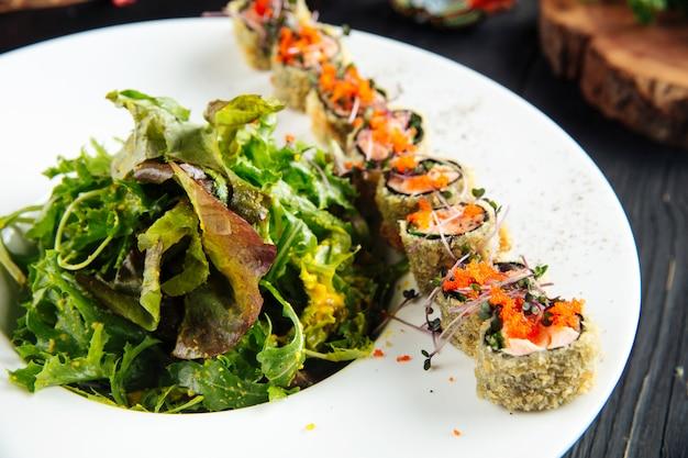 Rolinhos de salmão frito com rúcula e molho de soja