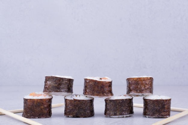 Rolinhos de saquê maki com salmão e abacate