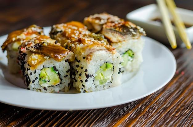 Rolinhos de sushi com enguia, queijo e abacate