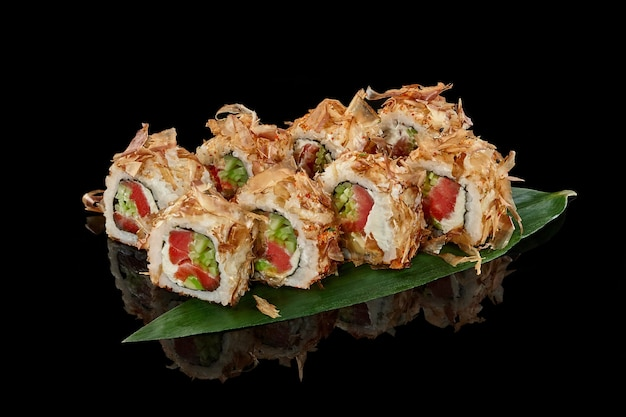 Rolinhos de sushi com flocos de bonito, creme de queijo de atum e pepino