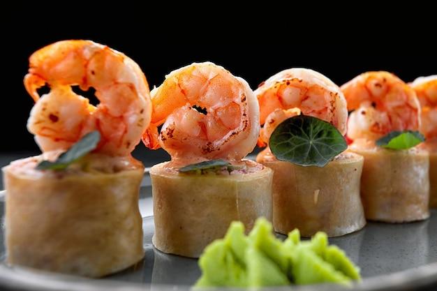 Rolinhos de sushi com omelete de camarão e palitos de siri