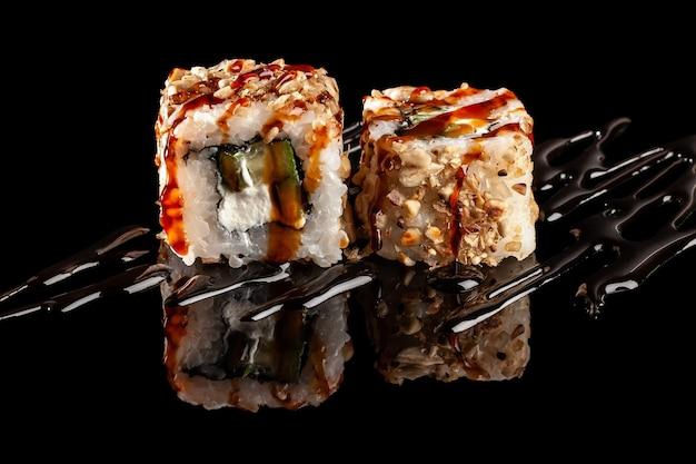 Rolinhos de sushi com recheios diversos
