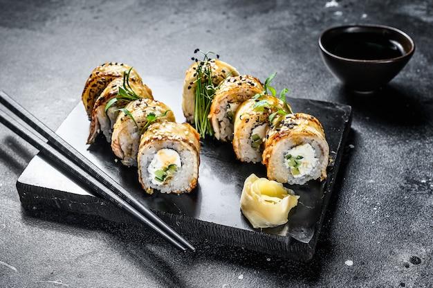 Rolinhos de sushi com salmão, abacate e cream cheese