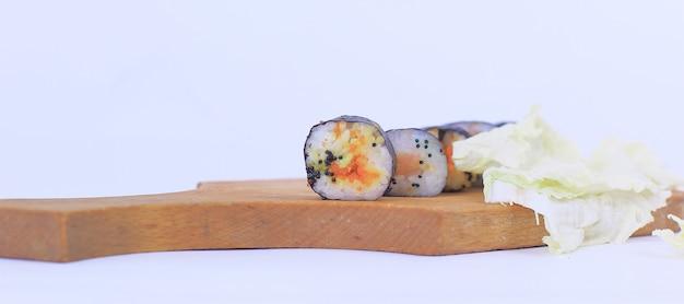 Rolinhos de sushi em uma tábua de corte