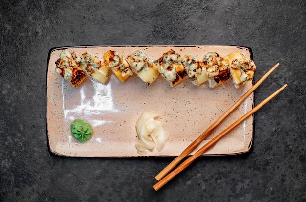 Rolinhos de sushi japonês sobre fundo de pedra