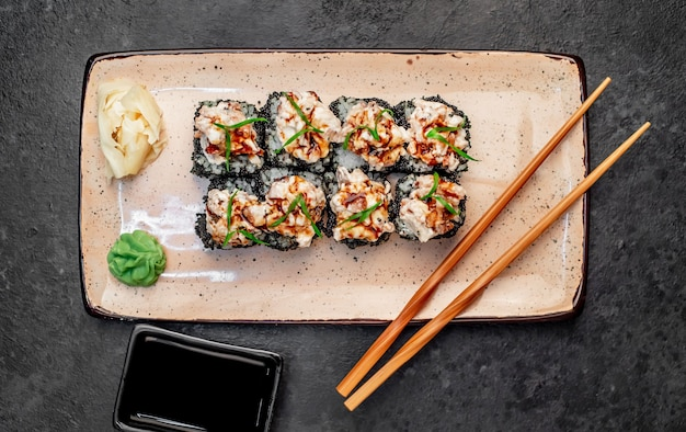 Rolinhos de sushi japoneses assados em um fundo de pedra
