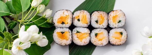 Rolinhos de sushi servidos em prato de madeira em foto de alta qualidade de restaurante