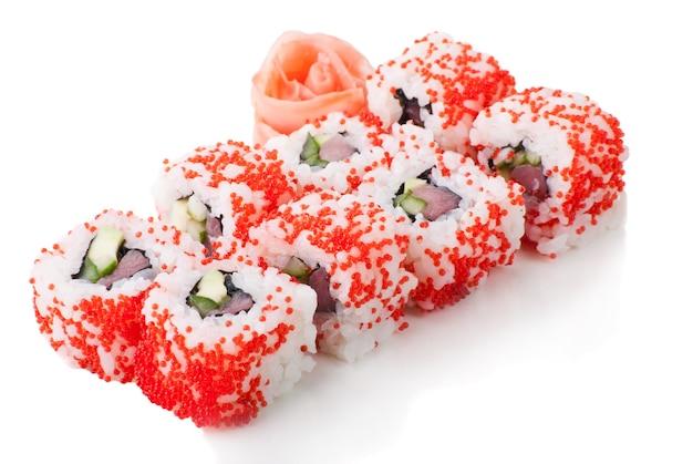 Rolinhos de sushi vermelhos californianos em fundo branco isolado