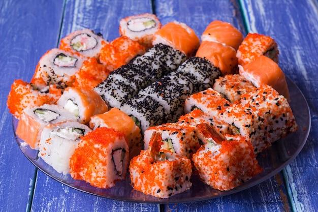 Rolinhos deliciosos e com enguias, salmão e cream cheese