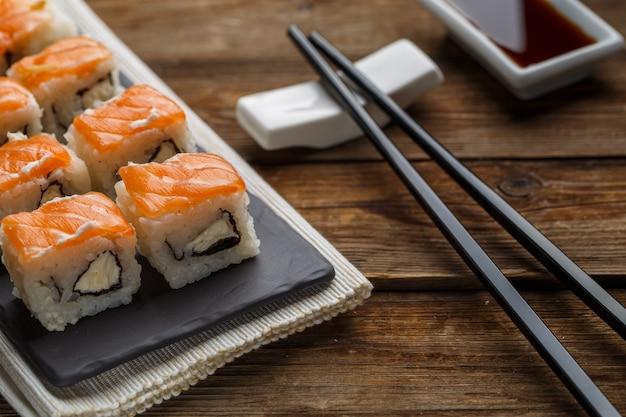 Rolinhos frescos deliciosos com salmão closeup