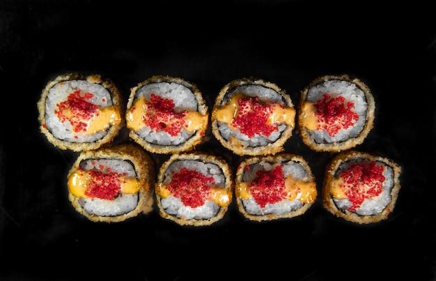 Rolinhos japoneses assados com caviar vermelho. vista do topo