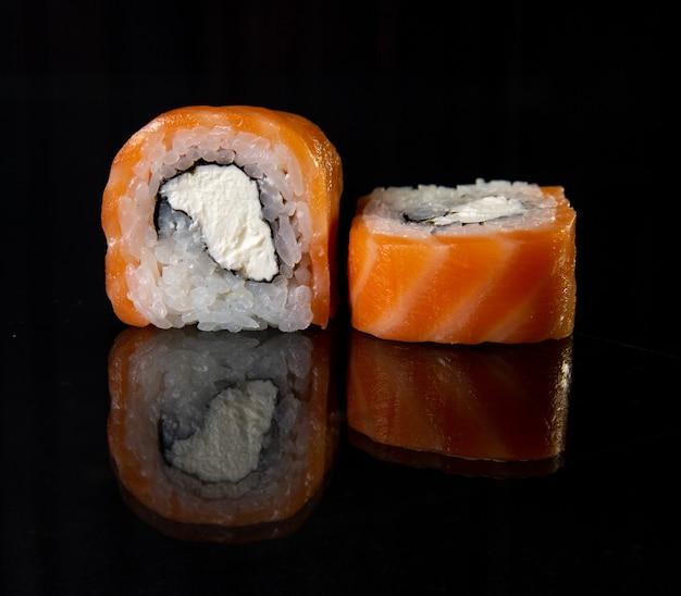 Rolinhos japoneses clássicos com queijo e peixe vermelho