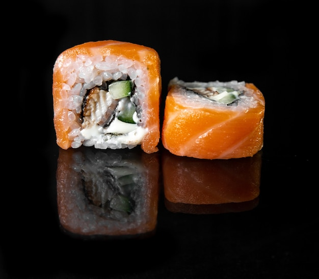 Rolinhos japoneses clássicos com queijo e peixe