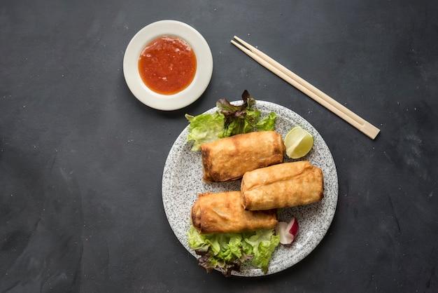 Rolinhos primavera chinês frito com molho de pimenta doce