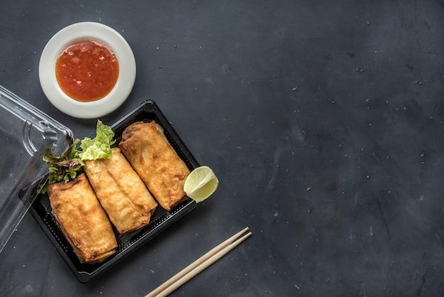 Rolinhos primavera chinês frito com molho de pimentão doce
