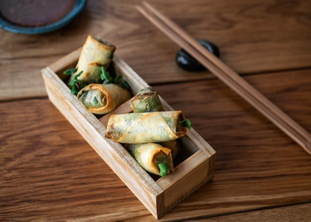 Rolinhos primavera chineses com molho doce rolinhos primavera vietnamitas fritos com molho de pimenta doce asiáticos