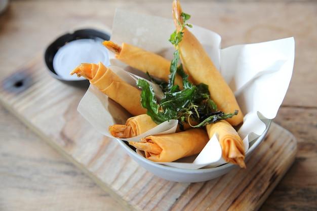 Rolinhos primavera com camarão com molho de pimenta doce. comida asiática em fundo de madeira