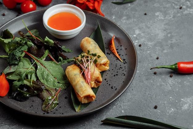 Rolinhos primavera com camarão com molho de pimenta doce
